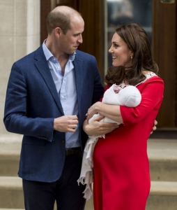 LONDON, ENGLAND - APRIL 23: Prince William, Duke of Cambridge and Catherine, Duchess of Cambridge leave with their new born baby boy from the Lindo Wing, St Mary's Hospital on April 23, 2018 in London, England. The Duchess of Cambridge gave birth to a boy at 11.01 BST, weighing 8lb 7oz. (Photo by Mark Cuthbert/UK Press via Getty Images)